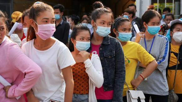Công nhân Campuchia kêu gọi Adidas, H&M, Levis, Nike, Puma... hỗ trợ lương thưởng - Ảnh 1.