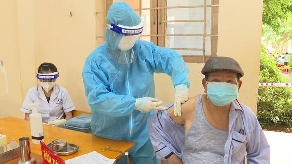 Người tiêm đủ vắc xin về Bình Phước từ vùng dịch chỉ phải theo dõi tại nhà - Ảnh 1.