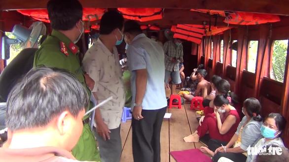 Khởi tố vụ đánh bạc ở tàu du lịch trên sông có nhiều 'quý bà' tham gia - Ảnh 1.