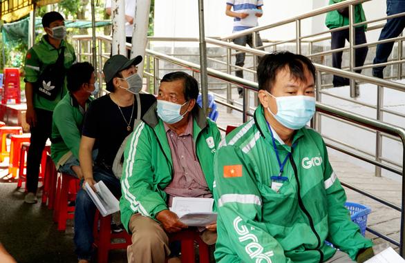 Hàng trăm tài xế GrabBike tại Cần Thơ được tiêm vắc xin phòng COVID-19 - Ảnh 1.