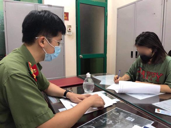 Cô gái khoe thẻ đỏ quyền lực dùng đi vòng quanh Hà Nội bị phạt 12,5 triệu đồng - Ảnh 1.