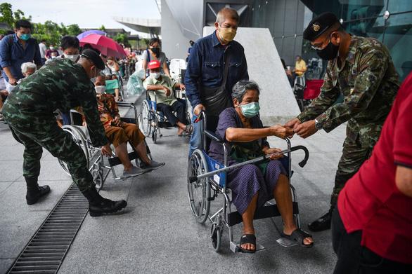 Thái Lan thử nghiệm chung sống với COVID-19, Bangkok kẹt xe lại từ sáng - Ảnh 3.