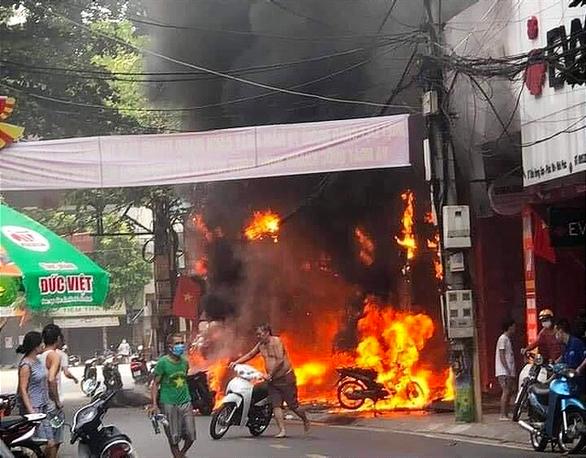 Tạm giữ nghi phạm ném bom xăng làm cháy 4 cửa hàng ở Vĩnh Phúc - Ảnh 1.