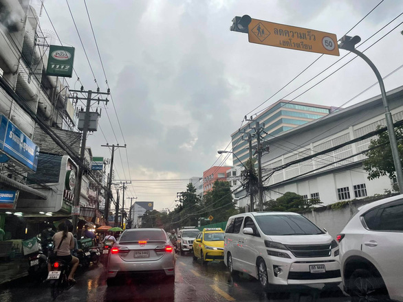Thái Lan thử nghiệm chung sống với COVID-19, Bangkok kẹt xe lại từ sáng - Ảnh 2.