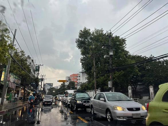 Thái Lan thử nghiệm chung sống với COVID-19, Bangkok kẹt xe lại từ sáng - Ảnh 4.
