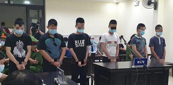 6 thiếu niên lãnh án tù vì giả dân quân chống dịch để cưỡng đoạt tiền của dân - Ảnh 1.