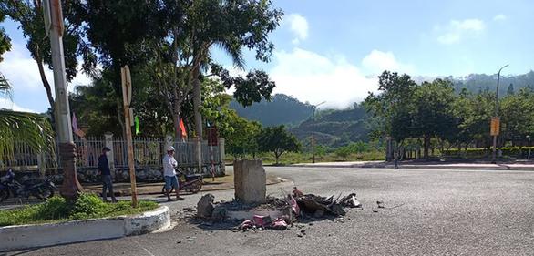 Các tượng linh vật cha chó tại huyện miền núi Tây Giang đã bị dỡ bỏ trong đêm - Ảnh 3.