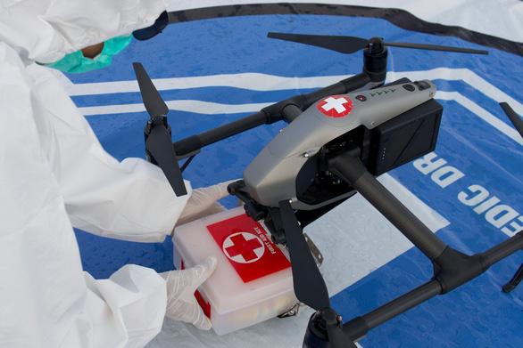 Indonesia dùng drone giao hàng cho bệnh nhân COVID-19 tại nhà - Ảnh 1.