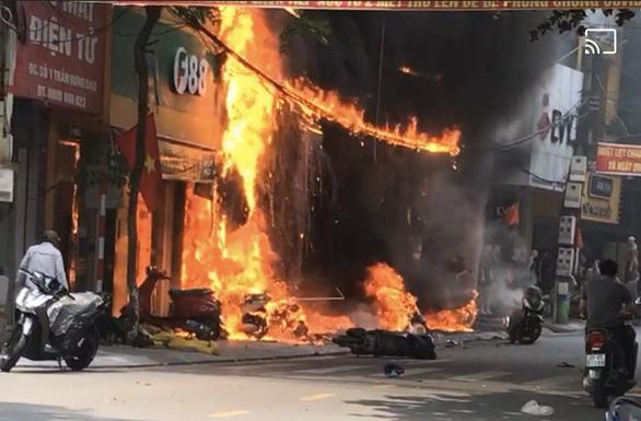 3 cửa hàng bán xe máy, loa, tivi ở Vĩnh Phúc bị lửa thiêu rụi - Ảnh 3.