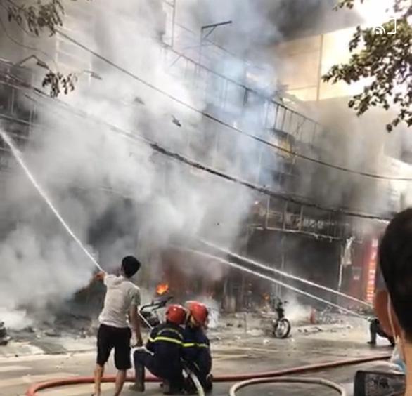 3 cửa hàng bán xe máy, loa, tivi ở Vĩnh Phúc bị lửa thiêu rụi - Ảnh 4.