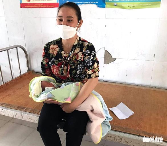 Bé gái 2 ngày tuổi bị bỏ rơi trước cửa nhà dân - Ảnh 1.