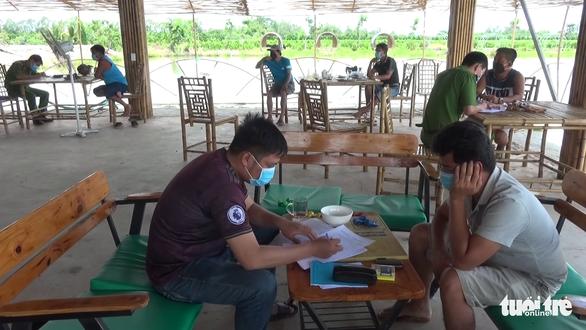7 người tụ tập câu cá, chơi cờ giải trí giữa mùa dịch bị phạt 105 triệu đồng - Ảnh 1.
