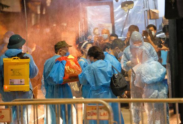 Hà Nội lại phong tỏa khu dân cư hơn 4.000 dân vì có ca COVID-19 mới - Ảnh 1.