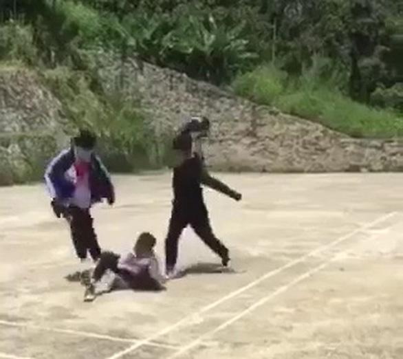 Liên tiếp xuất hiện clip học sinh đánh bạn túi bụi - Ảnh 2.
