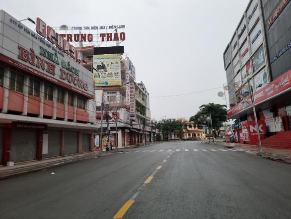 Thủ Dầu Một ngày đầu nới giãn cách: Hàng quán im lìm, chợ vẫn đóng cửa - Ảnh 6.