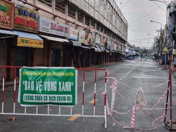Thủ Dầu Một ngày đầu nới giãn cách: Hàng quán im lìm, chợ vẫn đóng cửa - Ảnh 8.