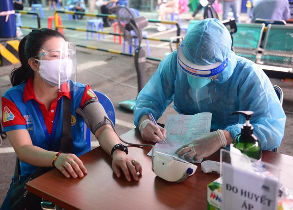 Bộ Y tế ra hướng dẫn mới: Bỏ đo huyết áp với phần lớn người tiêm vắc xin - Ảnh 1.