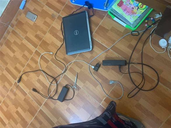 Lấy kéo chọc vào ổ điện khi đang học trực tuyến, bé trai 9 tuổi tử vong - Ảnh 1.