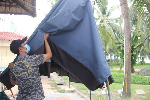 Đà Nẵng cho người dân ra ngoài để sửa chữa, chèn chống nhà trước bão - Ảnh 1.