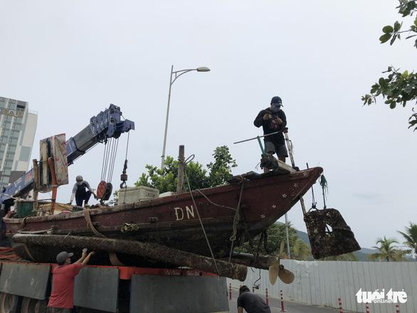 Đà Nẵng cho ngư dân ra ngoài di dời tàu thuyền tránh bão - Ảnh 4.