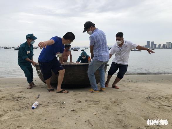 Đà Nẵng cho ngư dân ra ngoài di dời tàu thuyền tránh bão - Ảnh 2.
