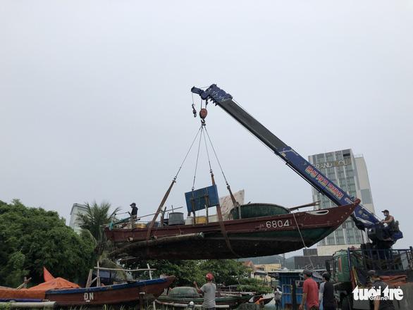 Đà Nẵng cho ngư dân ra ngoài di dời tàu thuyền tránh bão - Ảnh 3.