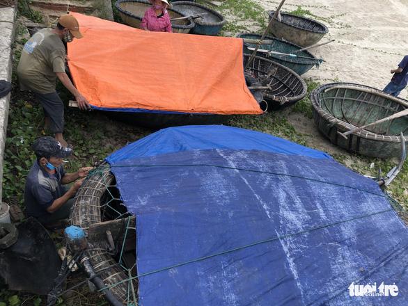 Đà Nẵng cho ngư dân ra ngoài di dời tàu thuyền tránh bão - Ảnh 5.