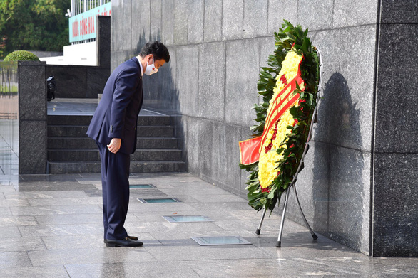 Bộ trưởng Quốc phòng Nhật Bản đặt vòng hoa tại Lăng Chủ tịch Hồ Chí Minh - Ảnh 1.