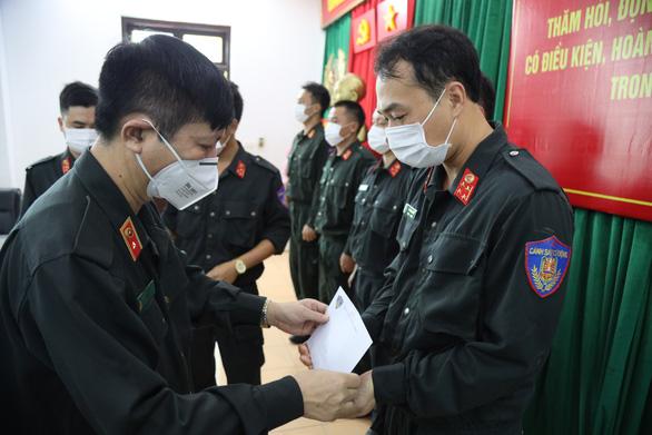 Tặng quà, động viên gia đình 160 cảnh sát cơ động mắc COVID-19 - Ảnh 3.