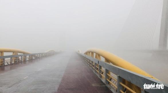 Đà Nẵng: Cầu Nguyễn Văn Trỗi nâng nhịp thông tuyến tàu thuyền đi tránh bão - Ảnh 2.