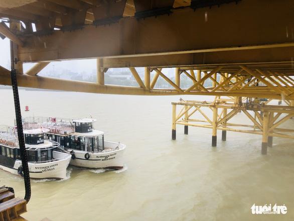 Đà Nẵng: Cầu Nguyễn Văn Trỗi nâng nhịp thông tuyến tàu thuyền đi tránh bão - Ảnh 1.