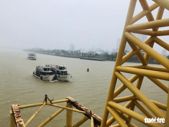 Đà Nẵng: Cầu Nguyễn Văn Trỗi nâng nhịp thông tuyến tàu thuyền đi tránh bão - Ảnh 3.