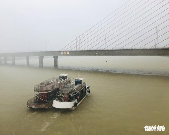 Đà Nẵng: Cầu Nguyễn Văn Trỗi nâng nhịp thông tuyến tàu thuyền đi tránh bão - Ảnh 5.