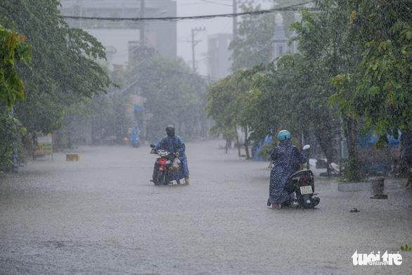 Đà Nẵng đang mưa trắng trời, có nơi tới 180mm do bão số 5 - Ảnh 1.