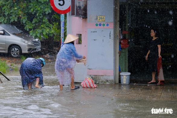 Đà Nẵng đang mưa trắng trời, có nơi tới 180mm do bão số 5 - Ảnh 2.