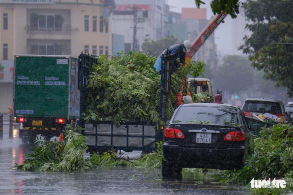 Đà Nẵng đang mưa trắng trời, có nơi tới 180mm do bão số 5 - Ảnh 4.