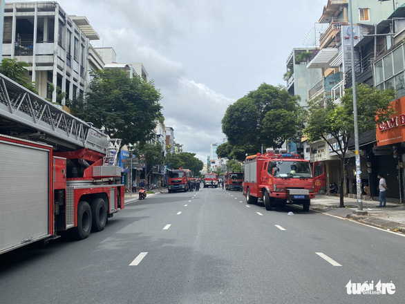 Nghẹt thở giây phút cứu 5 người khỏi tử thần trong vụ cháy ở quận 10 - Ảnh 5.