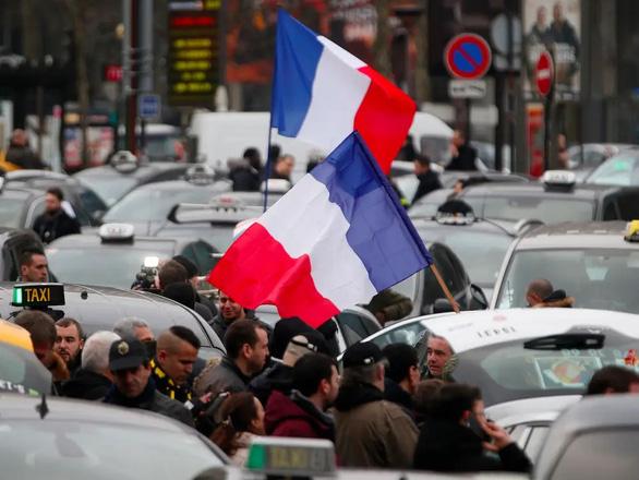 Uber bị taxi truyền thống kiện, phải bồi thường ở Pháp - Ảnh 1.