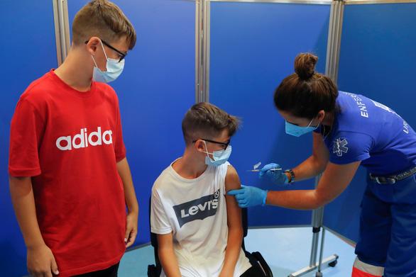 Học sinh trở lại trường, Mỹ đẩy nhanh phê duyệt vắc xin COVID-19 cho trẻ - Ảnh 1.