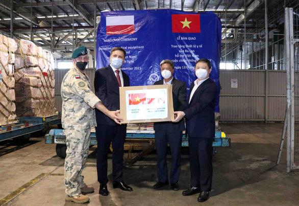 8 tấn trang thiết bị y tế do Ba Lan tài trợ về đến TP.HCM - Ảnh 1.