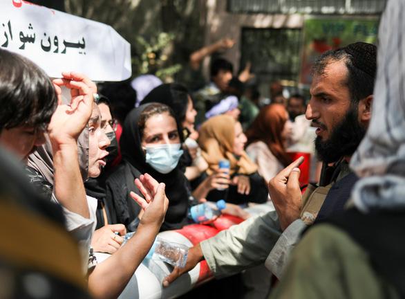 Taliban: Phụ nữ đi học phải ngồi lớp riêng - Ảnh 1.