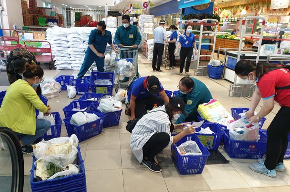 Đơn hàng bán lẻ tăng mạnh, siêu thị lo thiếu hụt nhân sự, giao hàng gặp khó - Ảnh 1.