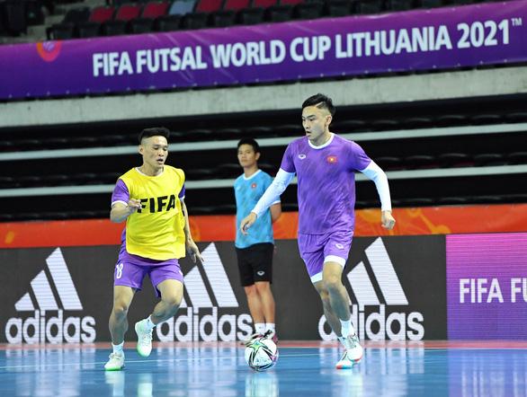 Đội tuyển futsal Việt Nam làm quen với sân thi đấu chính thức, sẵn sàng đối đầu Brazil - Ảnh 1.