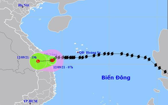 Áp thấp nhiệt đới gây mưa lớn, cứu 17 thuyền viên gặp sự cố trên biển - Ảnh 3.