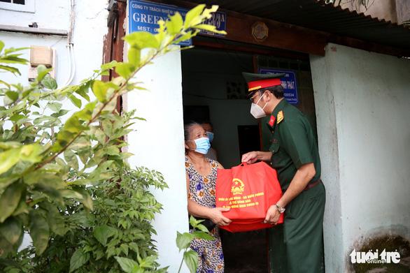 Bộ Quốc phòng tiếp sức cho TP.HCM 100.000 phần quà, 4.000 tấn gạo - Ảnh 2.
