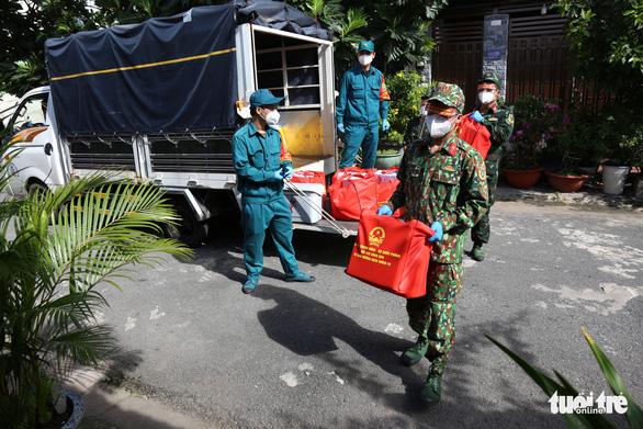 Bộ Quốc phòng tiếp sức cho TP.HCM 100.000 phần quà, 4.000 tấn gạo - Ảnh 3.