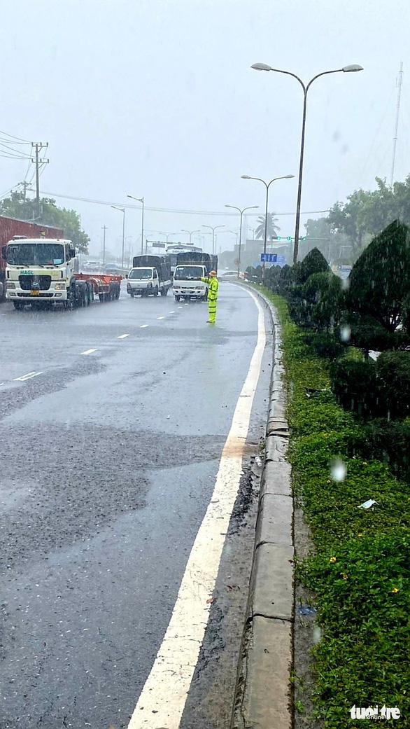 Đội mưa ngăn dịch từ cửa ngõ Đà Nẵng - Ảnh 5.