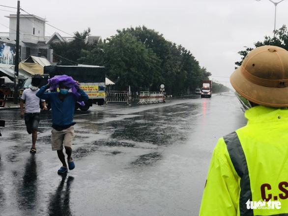 Đội mưa ngăn dịch từ cửa ngõ Đà Nẵng - Ảnh 1.