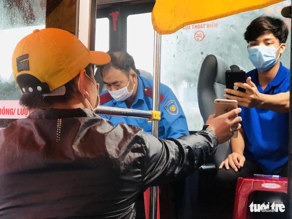 Đội mưa ngăn dịch từ cửa ngõ Đà Nẵng - Ảnh 6.