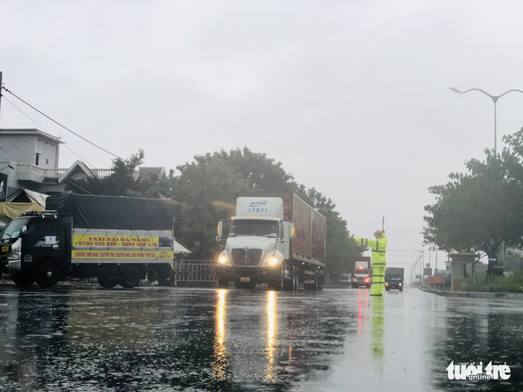 Đội mưa ngăn dịch từ cửa ngõ Đà Nẵng - Ảnh 2.
